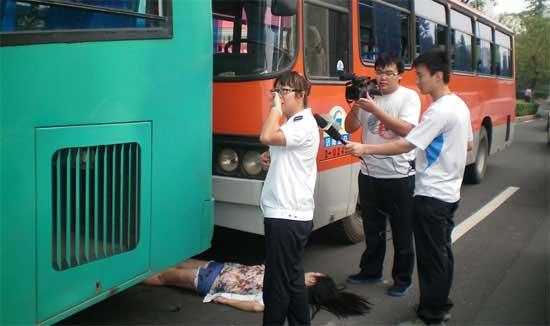 Парень трется в автобусе об ее зад фото 754-614